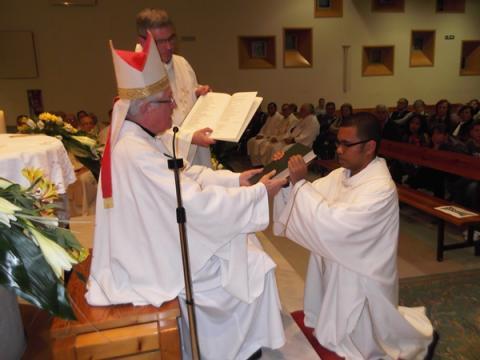 Mons. Piris lliura a en Benjitu el llibre dels Evangelis